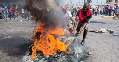 Policía haitiana reprime cientos de personas que escenificaban manifestación en las calles de Puerto Príncipe