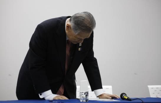El presidente del Comité Organizador de Tokio 2020, Yoshiro Mori, toma asiento en una conferencia de prensa en Tokio, el martes 24 de marzo de 2020, donde se anunció la posposición de Tokio-2020. ( (AP/JAE C. HONG))